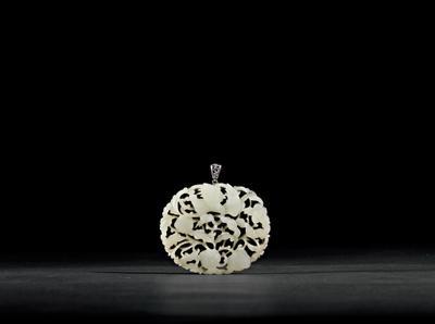 拍品以仙鹤,寿桃寓意长寿,背镶随形银托圈,雕花银坠挂,可为佩戴的吉祥